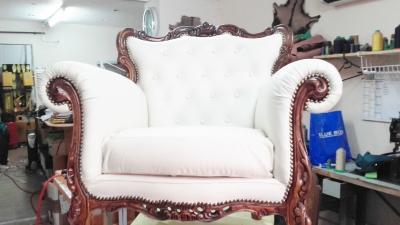 création fauteuil en cuir blanc